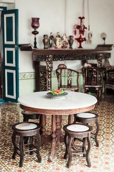 Decoración de mesa y silla vieja y vintage vacía en una habitación