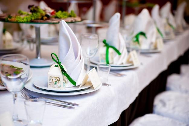 La decoración de las mesas en la boda.