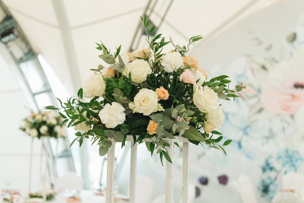 Decoración de mesas decoradas con flores frescas para una cena festiva, boda