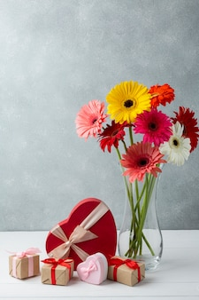 Decoración moderna con flores de gerbera y regalos.