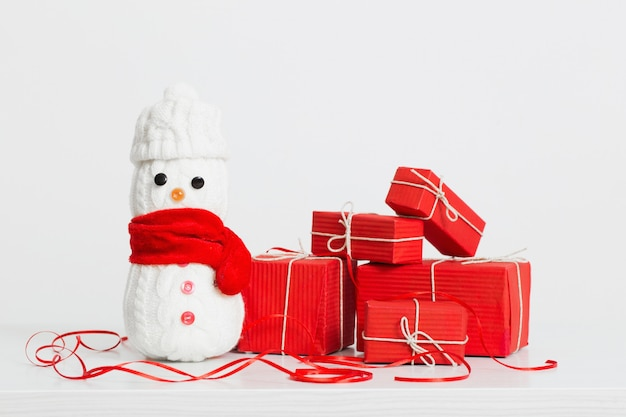 Decoración de muñecos de nieve con caja de regalo roja
