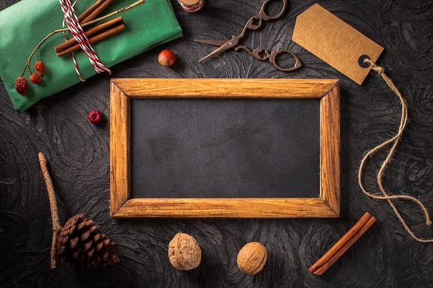 Decoración natural con maqueta de marco de madera.