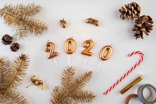 Decoración natural seca y dígitos de año nuevo 2020