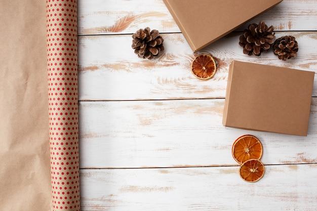 Decoración de navidad y cajas de regalo sobre fondo de madera. encima.