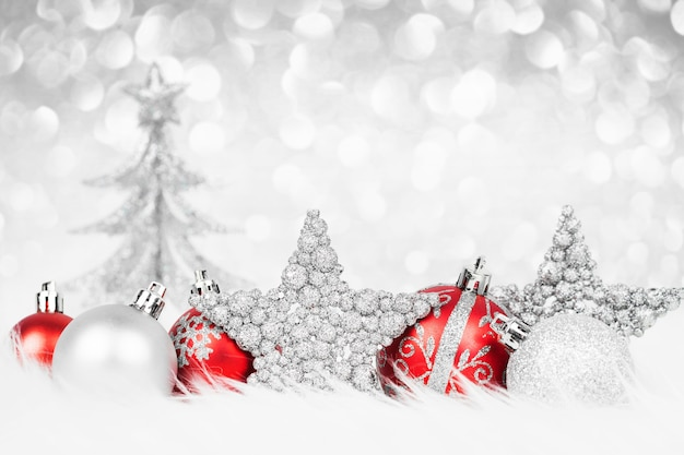 Decoración de navidad colorida en la nieve