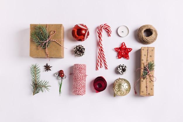 Decoración de navidad composición caja de regalo conos de pino bola abeto ramas vela