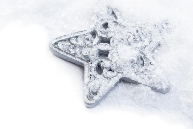 Decoración de navidad copo de nieve en blanco nieve aislado