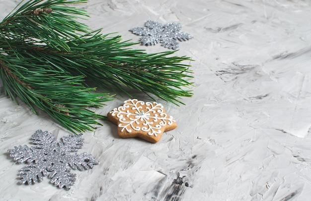 Decoración de navidad decoración natural concepto de fiesta de año nuevo guirnalda de cascabel vintage rama de abeto rama fondo gris