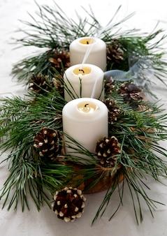 Decoración de navidad en la mesa.