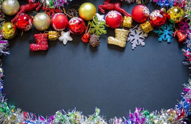 Decoración de navidad o año nuevo en fondo negro con marco