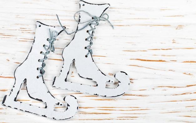Decoración de navidad - patines de madera sobre una vieja mesa blanca. año nuevo