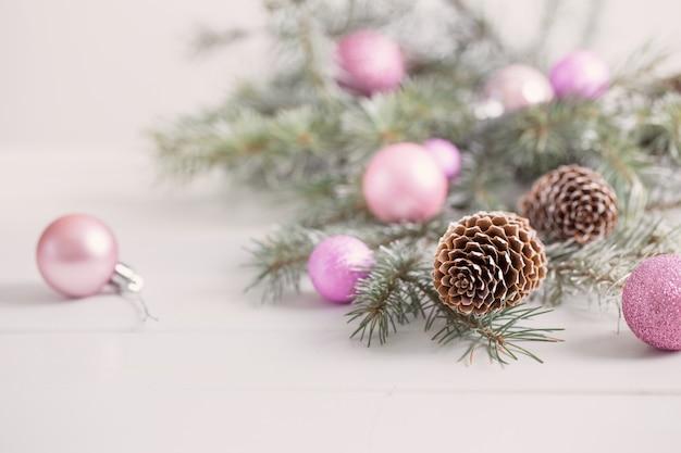 Decoración de navidad sobre fondo blanco.