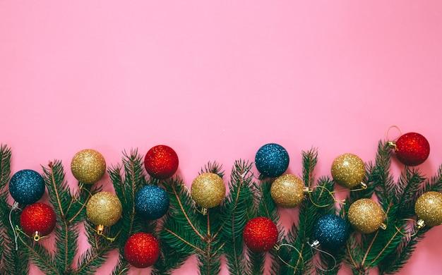 Decoración de navidad sobre fondo rosa.