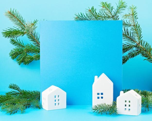 Decoración navideña con adornos de navidad, pino, regalos con espacio de copia