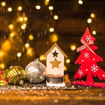 Decoración navideña entre adornos de nieve junto a luces de colores