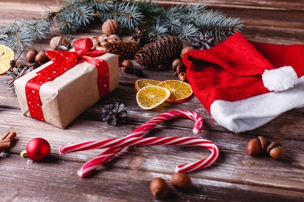 Decoración navideña y año nuevo. la caja actual con cinta roja se encuentra en una mesa con galletas