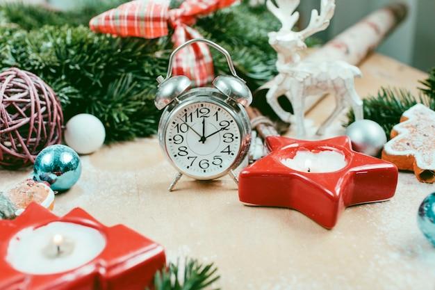 Decoración navideña y de año nuevo con despertador
