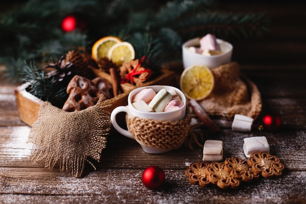 Decoración navideña y año nuevo. dos tazas de chocolate caliente, galletas de canela.