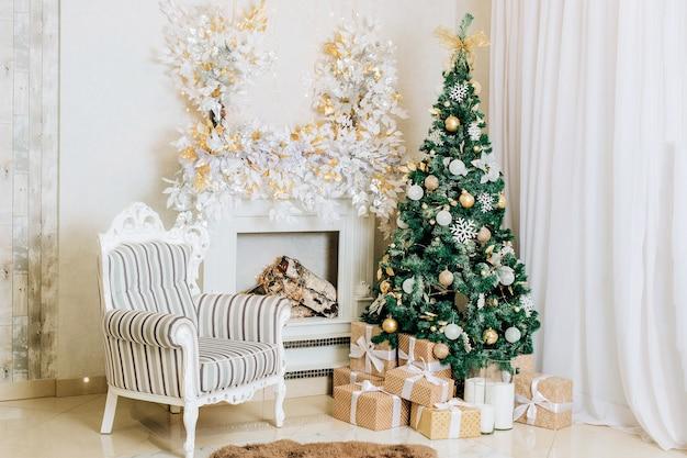 Decoración navideña y de año nuevo el interior de la habitación en colores claros.