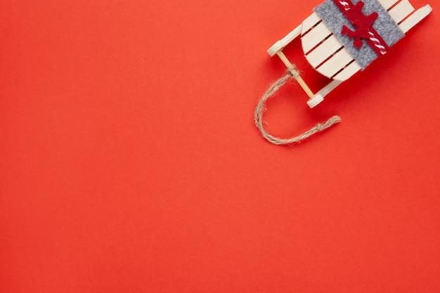 Decoración navideña, árbol de juguete, trineo de madera con ciervo en rojo