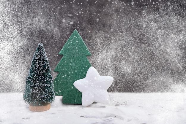 Decoración navideña. árbol de navidad decorativo, estrella blanca, textura de nieve.