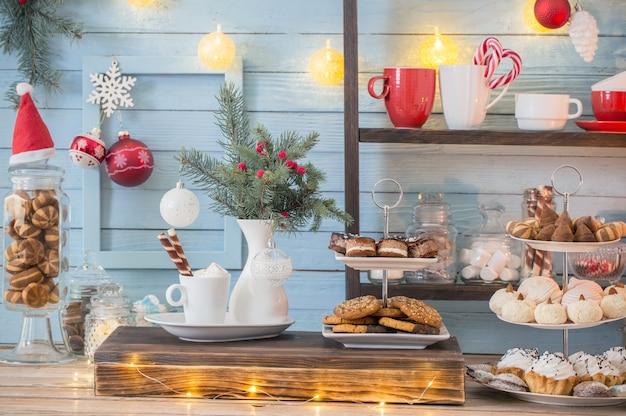 Decoración navideña de barra de cacao con galletas y dulces en estilo vintage