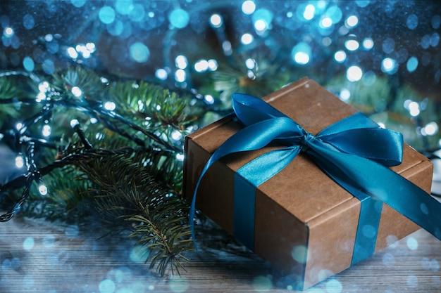 Decoración navideña con caja de regalo y luces