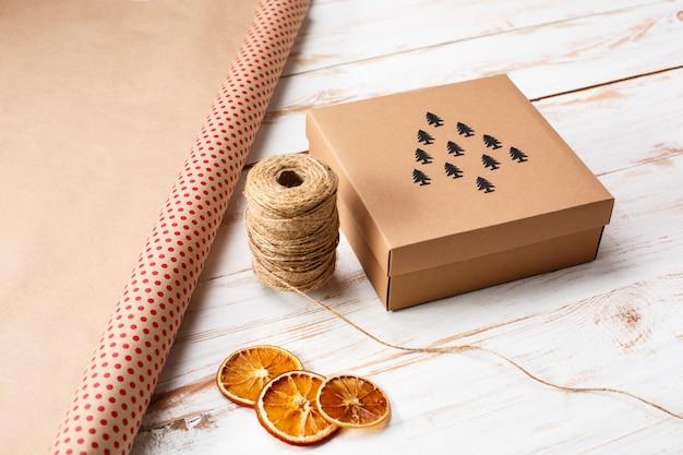 Decoración navideña y caja de regalo sobre superficie de madera