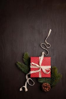 Decoración navideña y caja de regalo.