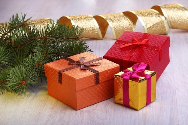Decoración navideña con cajas de regalo y árbol de navidad.