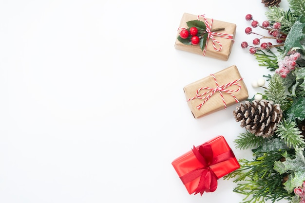 Decoración navideña con cajas de regalo, ramas de abeto, piñas.