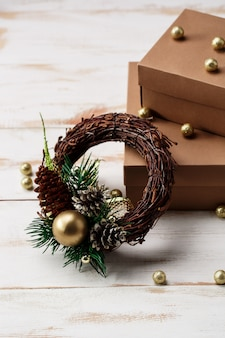 Decoración navideña y cajas de regalo sobre mesa de madera