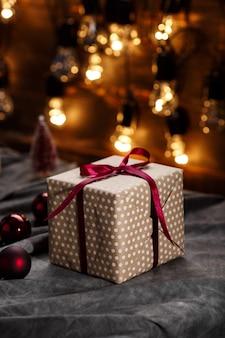 Decoración navideña y cajas de regalo sobre superficie gris