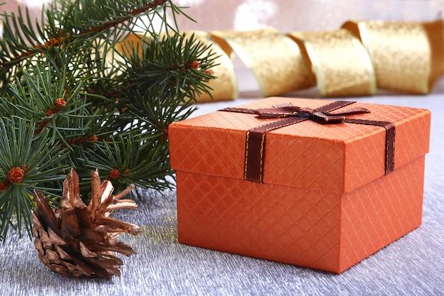 Decoración navideña con cajas de regalo.