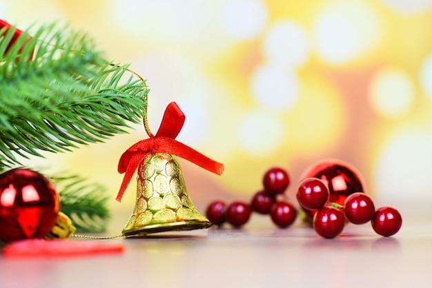 Decoración navideña con campana y bayas