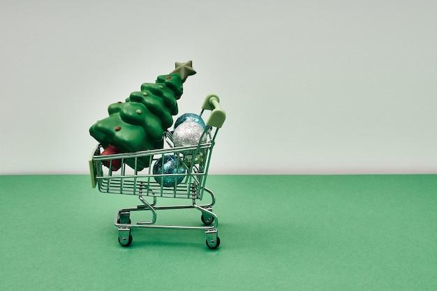Decoración navideña en una canasta de compras compras para las vacaciones