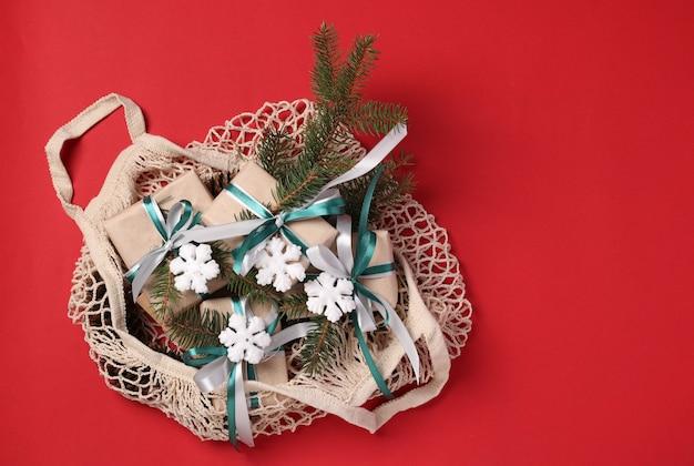 Decoración navideña cero residuos y cajas de regalo de papel kraft