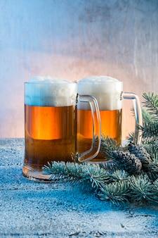 Decoración navideña con una cerveza ligera.