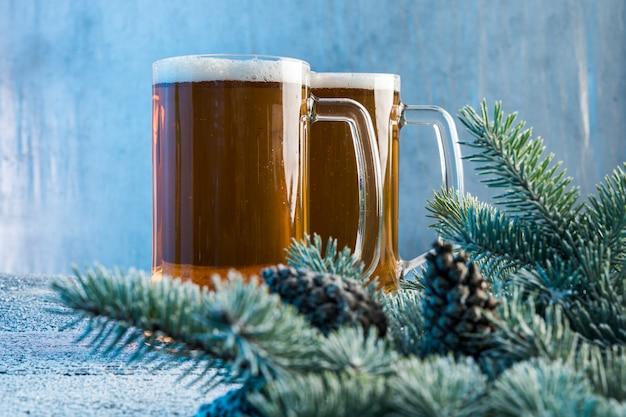 Decoración navideña con cerveza oscura