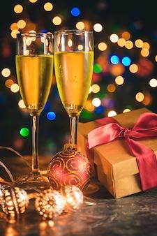 Decoración navideña y champagne.