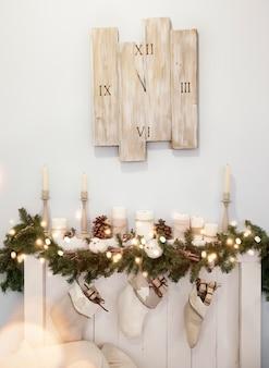 Decoración navideña con chimenea y reloj.