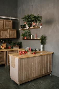 Decoración navideña en la cocina o el comedor de la casa.