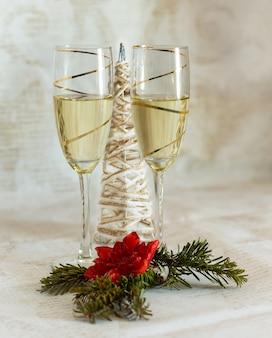 Decoración navideña y copas con champagne.
