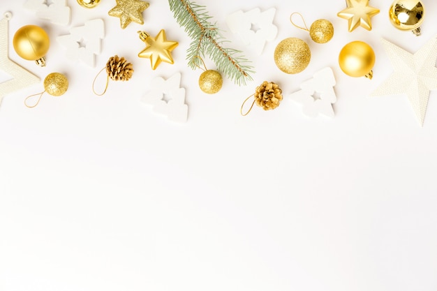 Decoración navideña dorada sobre blanco.