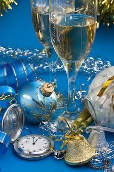 Decoración navideña y dos copas de vino.