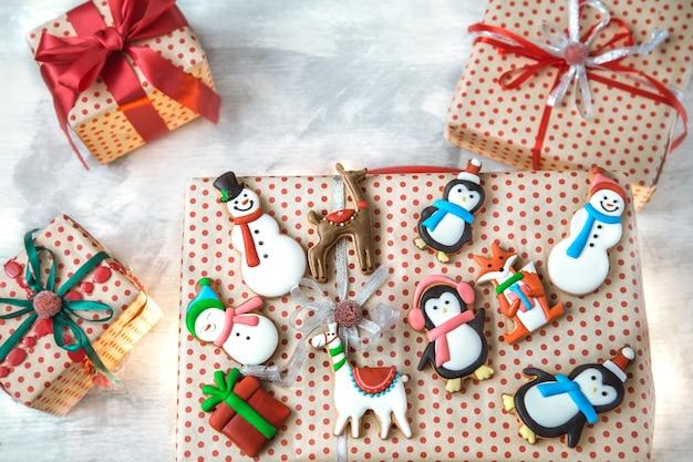 Decoración navideña con galletas festivas y regalos navideños.