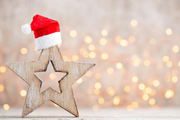 Decoración navideña con gorro de papá noel. fondo de añadas.