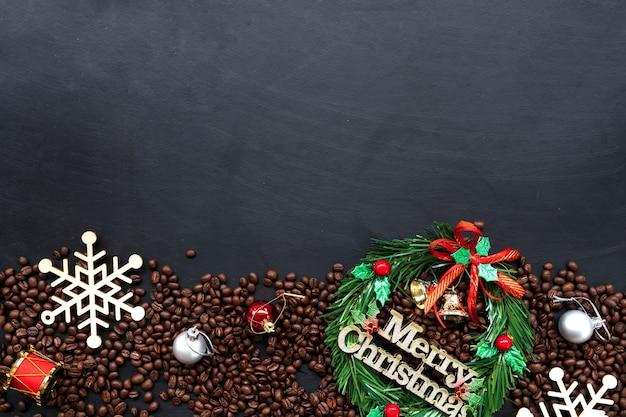 Decoración navideña con granos de café.