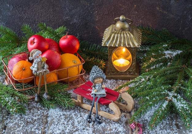 Decoración navideña con juguetes y una cesta de frutas.