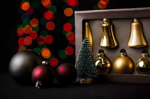 Decoración navideña con luces rojas bokeh